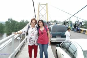 Mama tercinta dan saya diatas Jembatan Barito Jembatan Gantung Terpanjang di Indonesia. Foto 16 Februari 2011