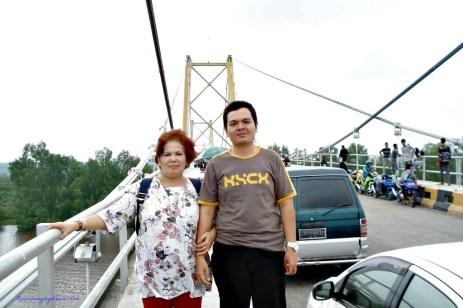Mama dan Adikku. Kenapa orang-orang senang nongkrong di atas jembatan ya Bikin macet