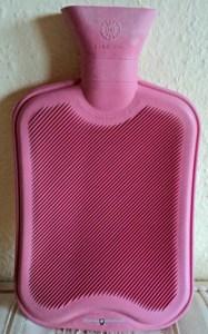 Botol Karet buat kompres pas sakit perut, tinggal isi air panas