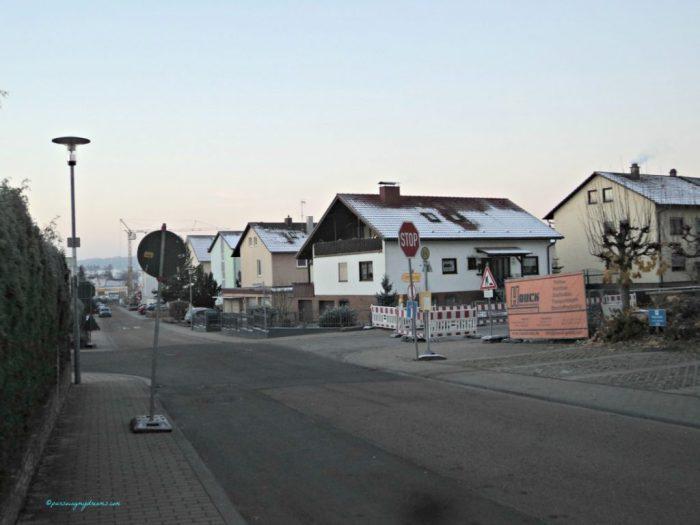 Pemandangan depan Rumah. Genteng rumah-rumah putih karena salju semalam. 27 Nov 2013 Jam 7.42 pagi