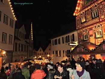 Setahun sekali Menyaksikan ramainya Pasar Natal