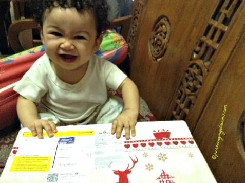 Tawa girang keponakanku waktu terima paketnya