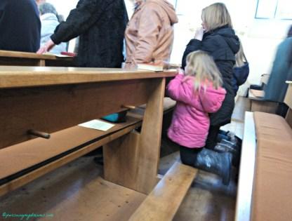 Anak kecil disebelahku nih hebattt berlutut lama ga sakit lututnya ya hihi jadi malu saya. Gerja Katolik di Heinsheim