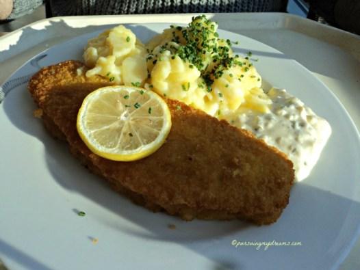 Fischschnitzel alias Ikan tepung panir dan salad kentang