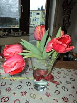 Tulip nan cantik Menghiasi meja Makanku