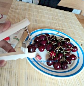 Mengeluarkan Biji buah Cherry dengan alat ini