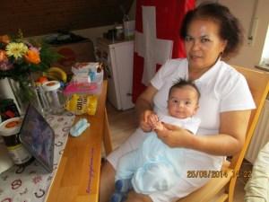 Benjamin dan Mamaku nonton Tv Indonesia bersama