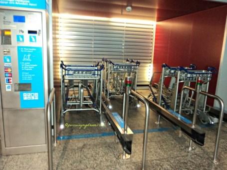 Peminjaman troley di Bandara Frankfurt. 1 troley masukkan logam 2 euro
