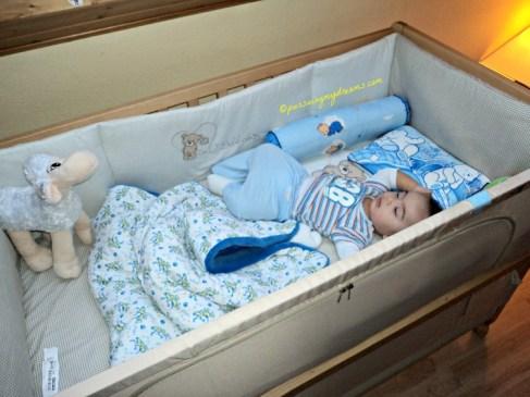 Setiap pagi saya ke kamar Benjamin pastinya beginilah gaya tidurnya