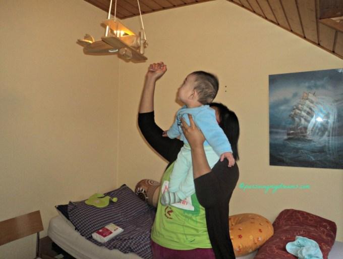 Perkembangan Benjamin Usia 5 Bulan. Antusias tiap kali lihat lampu miniatur pesawat