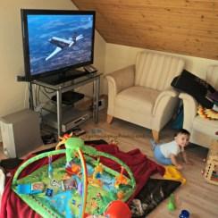 Ruang tamu sekaligus ruang bermain Benjamin
