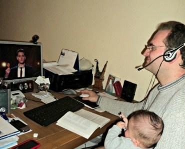 Beginilah ayah jaman sekarang, disuruh jaga anak sambil main komputer