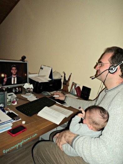 Beginilah ayah jaman sekarang, disuruh jaga anak sambil main komputer.