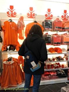 Warna orange khasnya Belanda. Kaos dan topi dengan warna orange bisa juga sebagai oleh-oleh dari Belanda