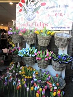 Kalau kamu suka bunga tulip bisa pilih pajangan ini sebagai oleh-oleh