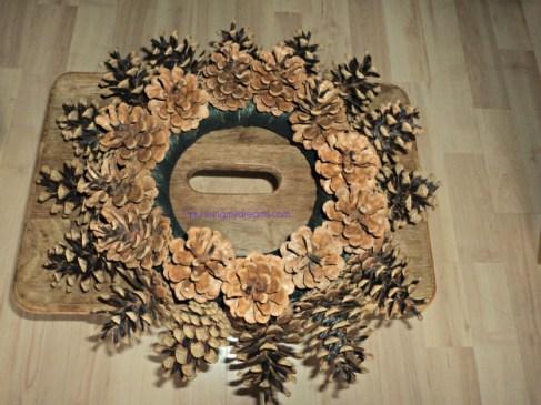 Selesai Pine Cone Wreath pertama yang ukurannya kecil