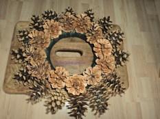 Selesai Pine Cone Wreath pertama yang ukurannya kecil. Tinggal dihias sesuka kamu, atau langsung diberi pita gantungan