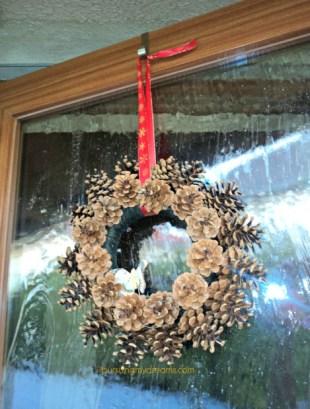 Hiasan dari buah pinus. Hiasan pintu natal dari buah pinus. pine cone hanging decorations