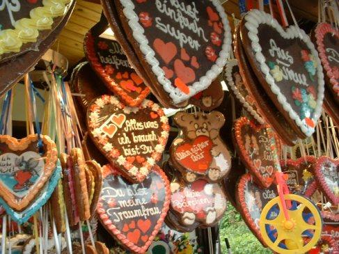 Lebkuchen bentuk hati dengan berbagai kalimat cinta