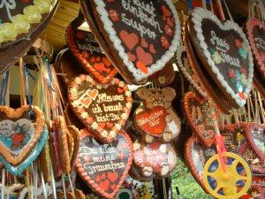 Lebkuchen bentuk hati dengan berbagai kalimat cinta. Lebkuchenherzen. Sumber foto wikipedia Jerman