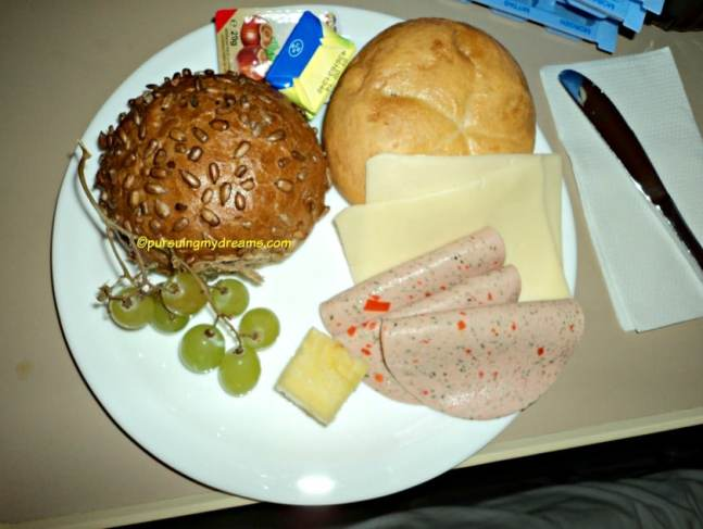 5 Hal Mengenai Melahirkan di Jerman. Menu sarapan di rumah sakit bersalin kota tempat tinggalku. Saya nambah melulu sampai kenyang haha.