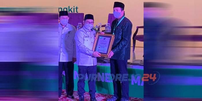 Ketua Umum DPP PKB menyerahkan penghargaan kepada K.H.R Maulana Alwi