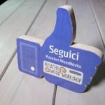 foto pollice social come gadget desk