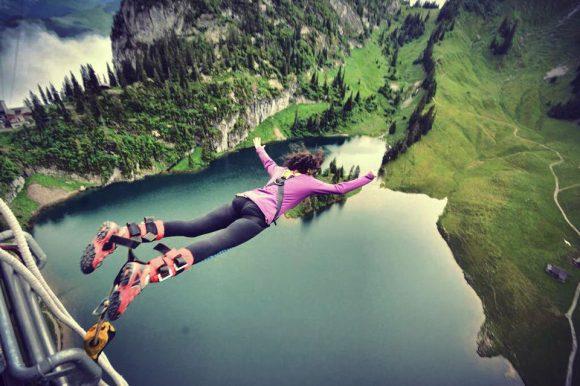 """""""Boşluğun Çağrısı"""", İsviçre'de bir bungee jumper"""