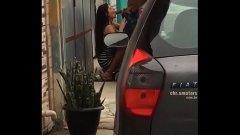 Puta de rua fazendo serviço ali mesmo na calçada