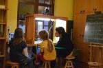 Foto: Kursleiterin mit Kindern beim Trickfilm erstellen
