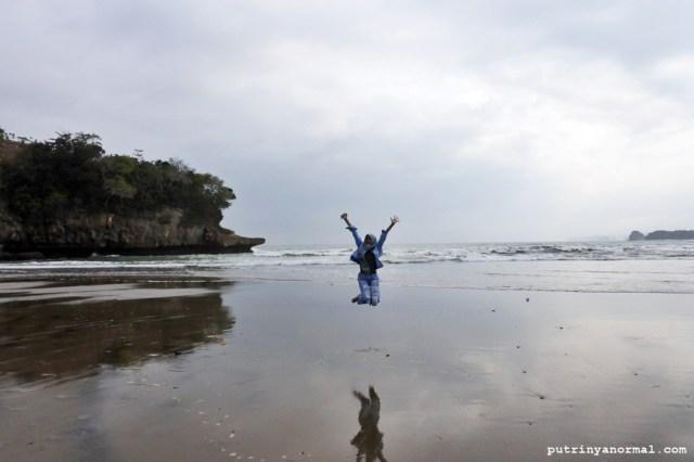 Pasir pantai yang lembut banget bikin gampang hunting swafoto