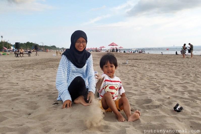 Main pasir di pantai Seminyak