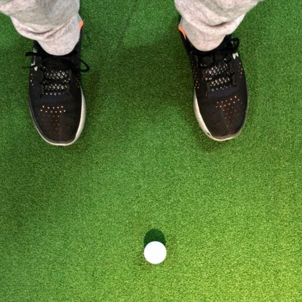 ボールを置く位置が左過ぎないか?