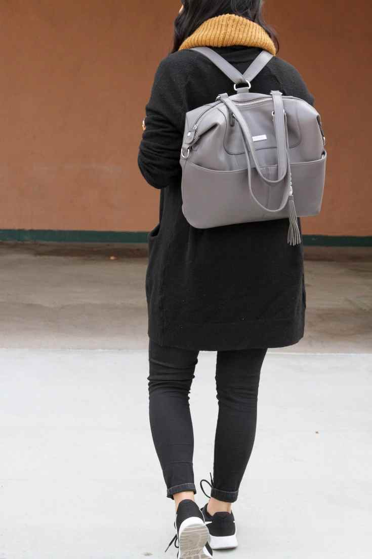 Travel Look: Black Cardigan + Black Jeans + Sneakers + Gray Bag