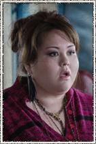 Jolene Purdy como Dodee Weaver. Engenheira de som que consegue contato com o exterior.