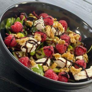 gezond salade met frambozen en walnoten