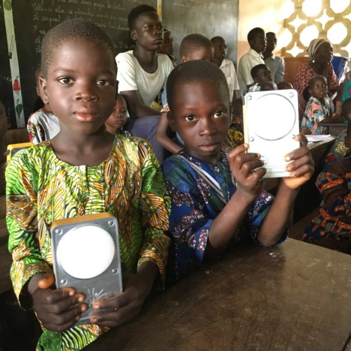 Les écoliers rechargent leur lampe solaire à l'école avant de repartir à la maison.