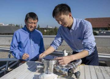 Rooftop device generates solar power and cools buildings
