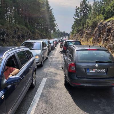 Na graničnim prelazima prema Srbiji ogromne kolone vozila