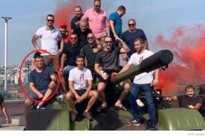 Potpredsjednik Opštine Herceg Novi na tenku ispred stadiona Crvene zvezde u Beogradu