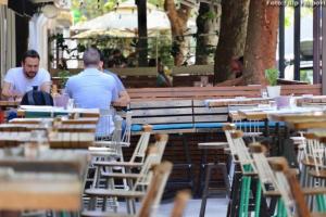 (FOTO) ZAKON O PUŠENJU: Kafići prazni, puste i terase – Kafa na eks i bjež` sa žaropeka, da se ne pržimo ka` gušteri