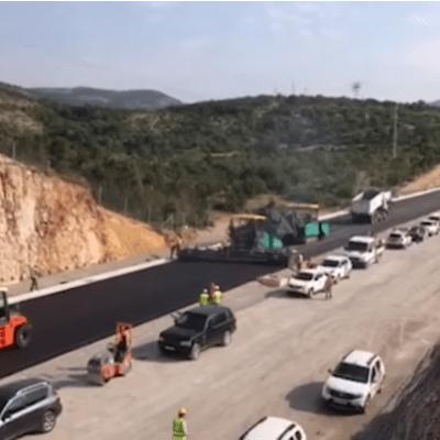 ZAVRŠEN PRVI SLOJ – Na dionici auto-puta ugrađeno 950 tona asfalta