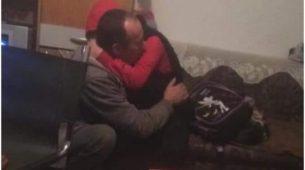 Fotografija iz BiH kruži internetom: Otac ide u zatvor zbog sječe drva za ogrijev