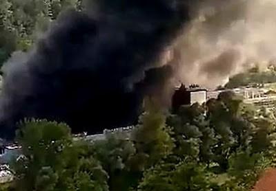 Veliki požar u Priboju, zapalila se fabrika poliestera, evakuisana bolnica