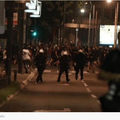 Policija u Beogradu pendrecima na novinare Nove i Bete (VIDEO )