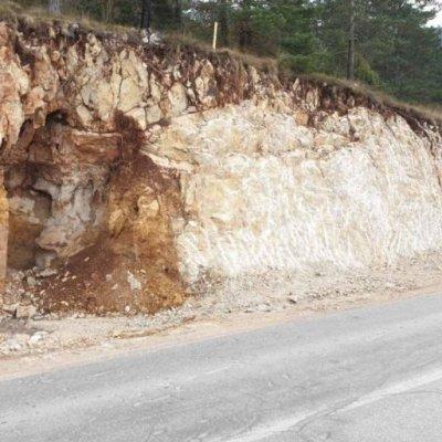 TUŽILAC ODMJERAVA ŠTETU posle uništavanja arheološkog nalazišta Trlica tokom izgradnje puta