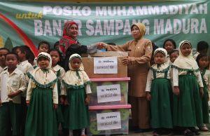 MDMC Jatim menyalurkan bantuan untuk anak sekolah korban banjir di Kabupaten Sampang. (foto: rofi'i)