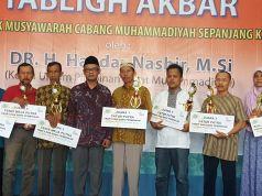 Haedar Nashir berfoto bersama para pemenang lomba antar PRM se-PCM< Sepanjang menyambut Musycab (foto: tamhid masyhudi)