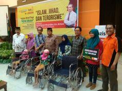penyerahan kursi roda dari Muhammadiyah untuk penyandang disabilitas