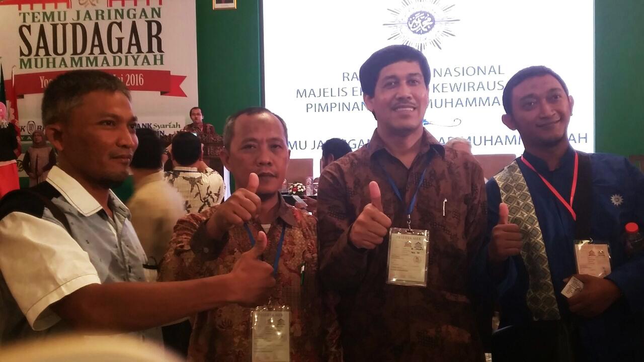 Juma' Aziz (dua kiri) bersama Ketua Majelis Ekonomi dan kewirausahaan Ir. Najih saat di acara